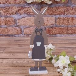 заяц коричневый с ромашкой в руке