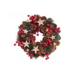 Венок из хвои и натуральных шишек, украшенный ягодами и звездами